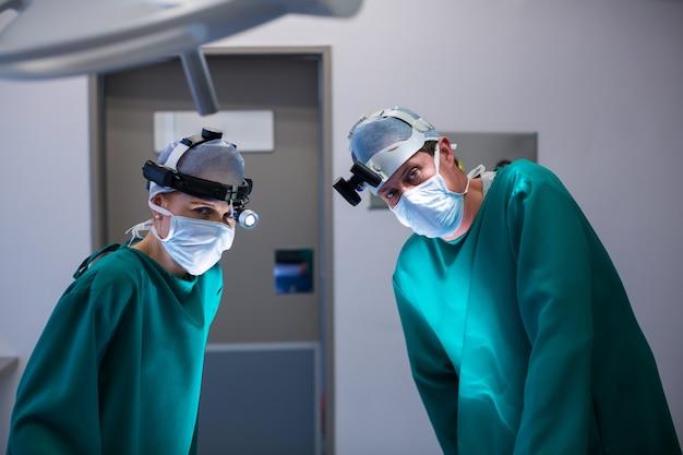 Chirurgen, die während der operation chirurgische lupen tragen Kostenlose Fotos
