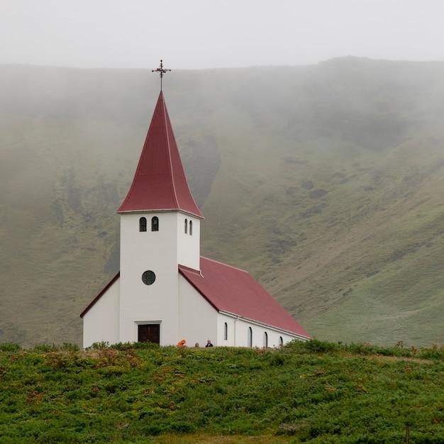 Christliche kirche im nebligen tal Premium Fotos