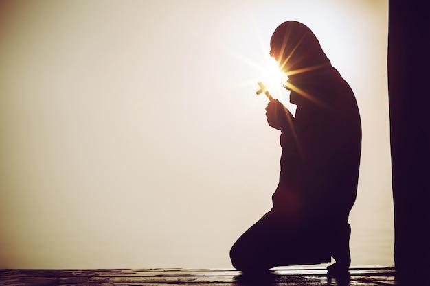 Christliche leute, die zu jesus christus mit drastischem himmelhintergrund beten Kostenlose Fotos