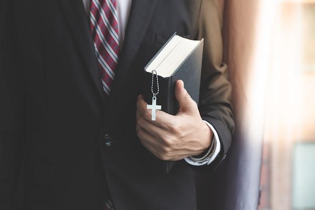 Christlicher geschäftsmann beten im büro Premium Fotos