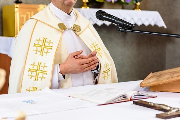 Christlicher priester am altar. Premium Fotos