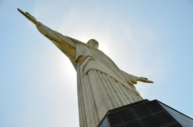 Christus der erlöser-statue - rio de janeiro-brasilien - mit der sonne hinter ihm. Premium Fotos
