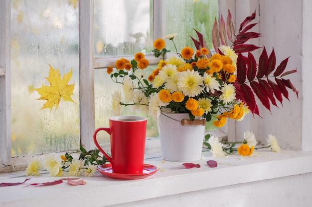 Chrysanthemen in der vase auf der fensterbank im herbst Premium Fotos