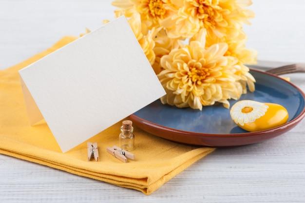 Chrysanthemenblumen auf einer platte auf einem holztisch Premium Fotos