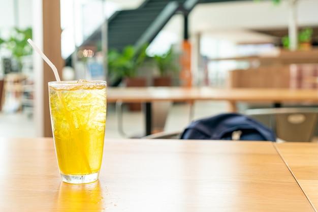 Chrysanthemensaft auf holztisch im café-restaurant Premium Fotos