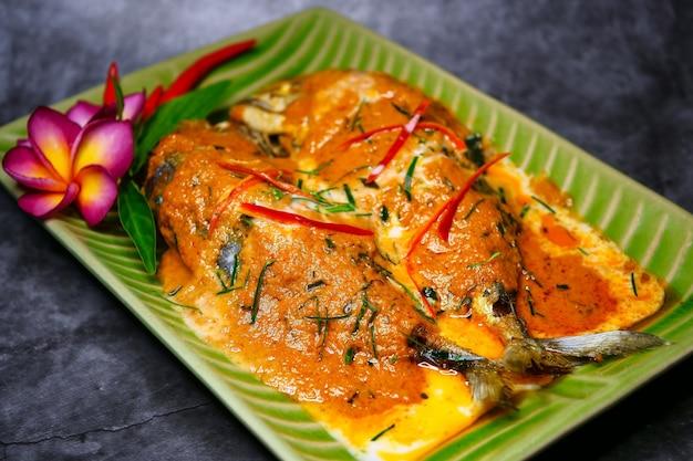 Chuchi-makrele, curry-gebratener fisch, thailändisches lebensmittel der art Premium Fotos