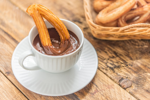 Churros mit typischem süßem frühstück der schokolade Premium Fotos
