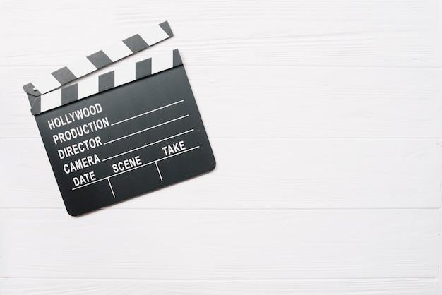 Clapperboard auf weißem holztisch Kostenlose Fotos