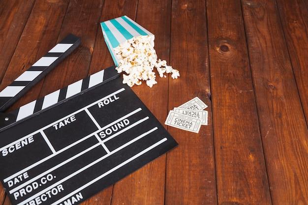 Clapperboard und popcorn mit tickets Kostenlose Fotos