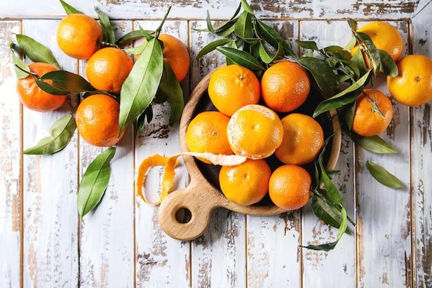 Clementinen mit blättern Premium Fotos