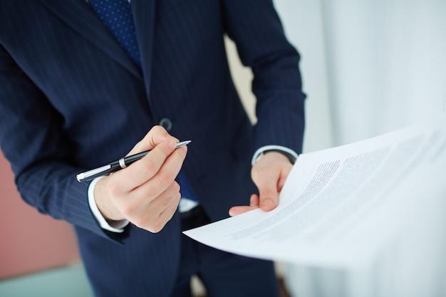 Close-up der Arbeitnehmer den Vertrag vor Unterzeichnung Lesen Kostenlose Fotos