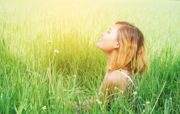 Close-up der glückliche junge frau genießen die frische luft Kostenlose Fotos