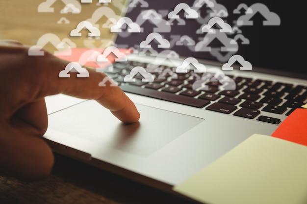 Close-up der Laptop mit Upload-Icons Kostenlose Fotos