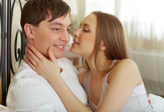 Close-up der romantischen frau ihrem mann küssen