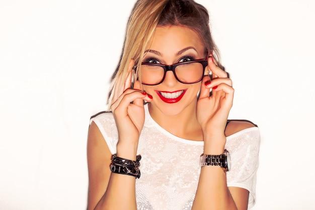 Close-up der stilvollen mädchen mit brille Kostenlose Fotos