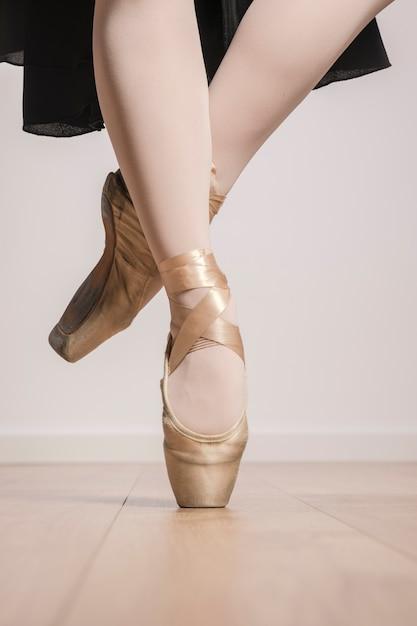 Close up füße in spitzenschuhen darstellen Kostenlose Fotos