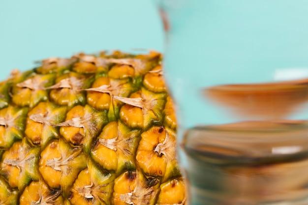 Close-up glas wasser und ananasscheibe Kostenlose Fotos