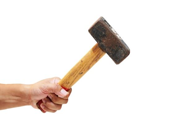 Close up hand hält einen großen hammer auf weißem hintergrund Premium Fotos