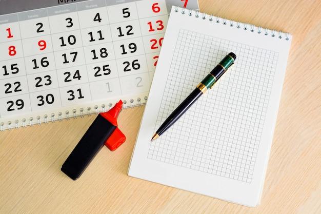 Close-up kalender. konzeptplanung, zählung der tage, zeitmanagement Premium Fotos