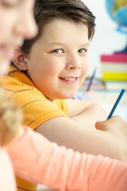 Close-up mit einem bleistift kleinen jungen lächelnd Kostenlose Fotos