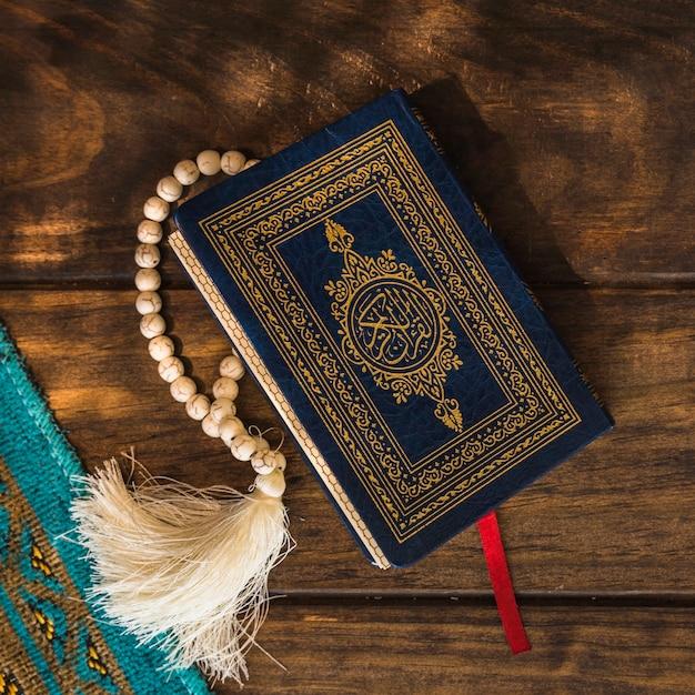 Close-up quran mit perlen Kostenlose Fotos