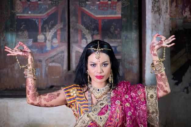 Close up schöne indische mädchen junge hinduistische frau modell mit kundan schmuck. Premium Fotos