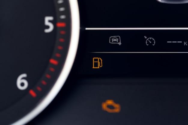Close up schuss von einem tacho in einem auto Premium Fotos