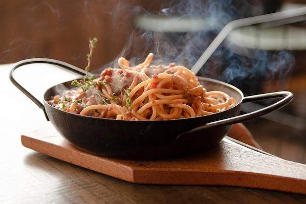 Close up spaghetti auf dem tisch Kostenlose Fotos