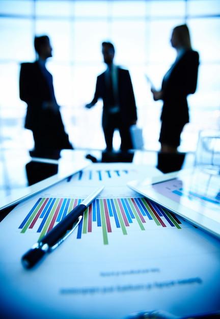 Close-up von business-dokument auf dem schreibtisch Kostenlose Fotos