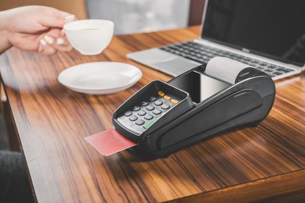 Close-up von dataphone mit einer kreditkarte Kostenlose Fotos