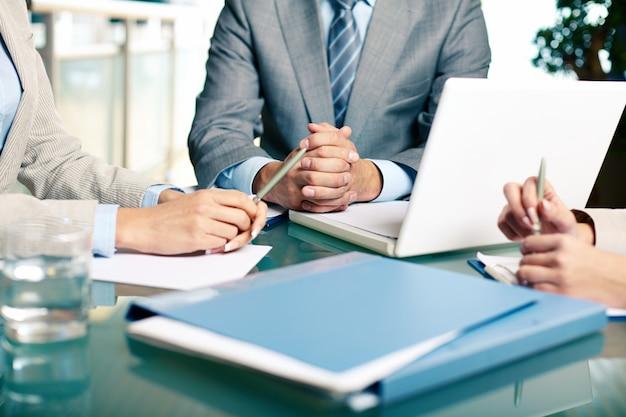 Close-up von Führungskräften am Tisch sitzen Kostenlose Fotos