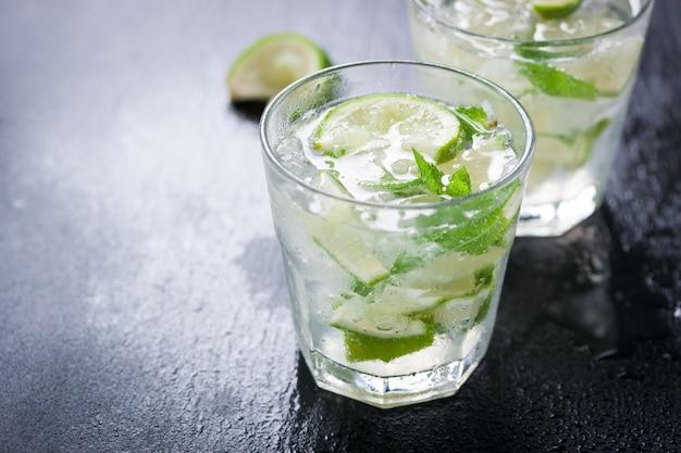 Close-up von glas mit zitronenscheiben und grüne minze Kostenlose Fotos