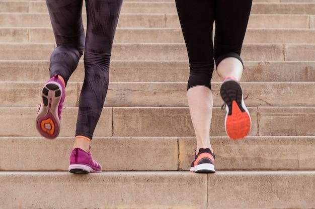 Close-up von Sportlerinnen Treppensteigen Kostenlose Fotos