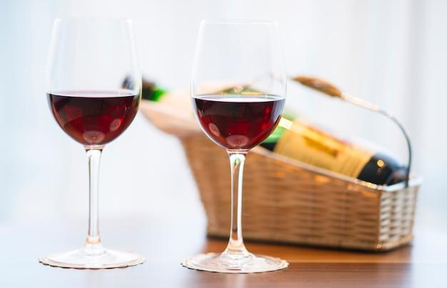 Close-up von zwei gläser mit rotwein Kostenlose Fotos