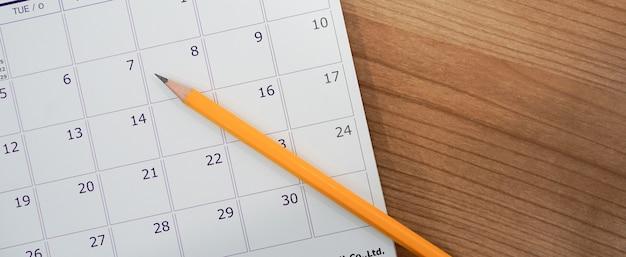 Close up weichen fokus auf stift über kalender Premium Fotos