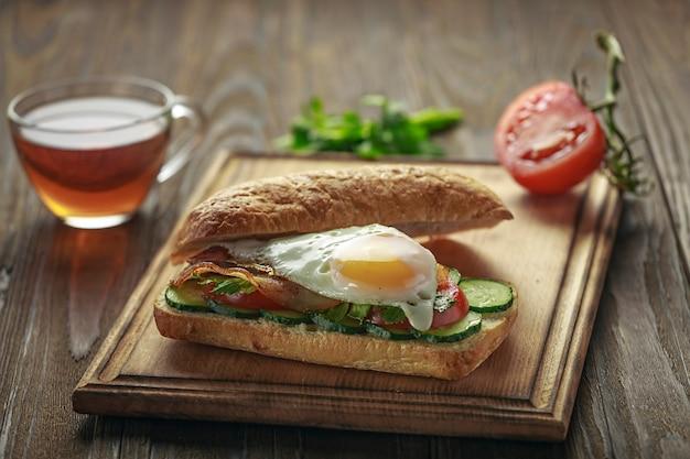Closeup leckeres sandwich auf einem schneidebrett. Premium Fotos