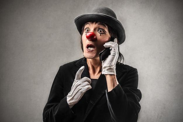 Clown am telefon sprechen Premium Fotos