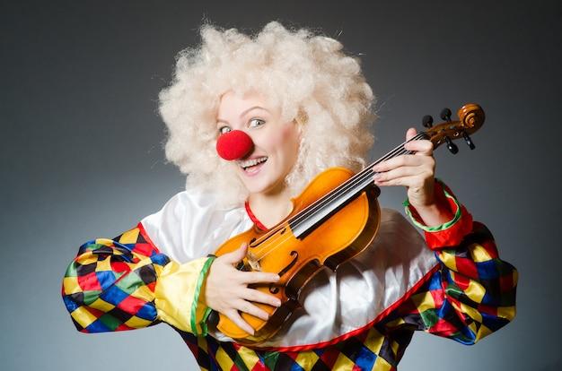 Clown im lustigen konzept auf dunklem hintergrund Premium Fotos