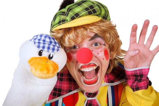 Clown mit der ente und make-up lokalisiert auf weißem hintergrund Premium Fotos