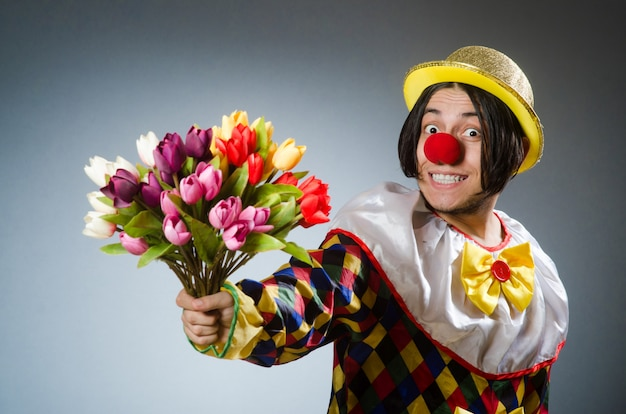 Clown mit tulpenblüten Premium Fotos
