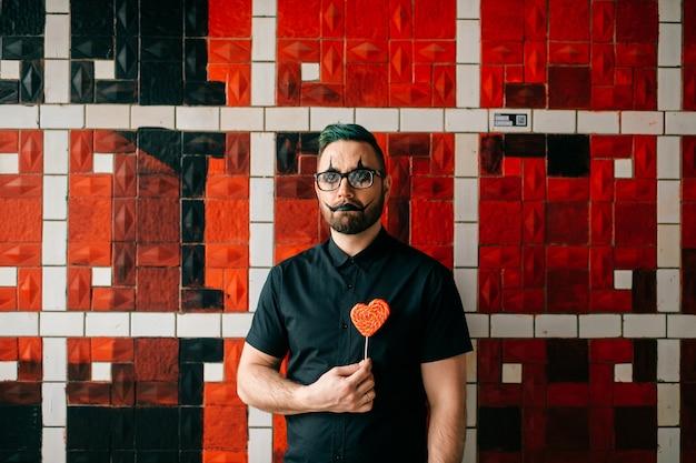 Clown posiert mit süß im studio Premium Fotos