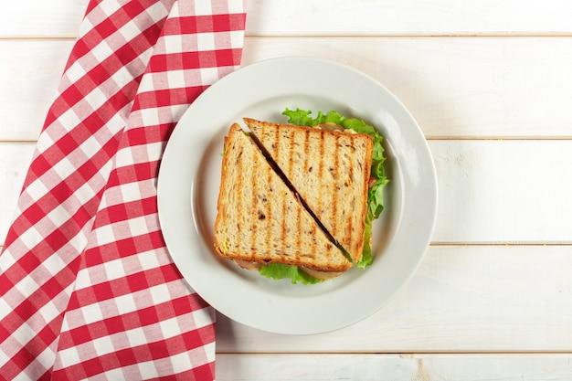 Club sandwich auf holztisch Premium Fotos