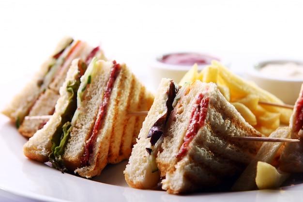 Club sandwich mit fleisch und grün Kostenlose Fotos