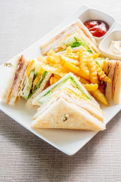 Club sandwich mit gemüse und sauce Kostenlose Fotos