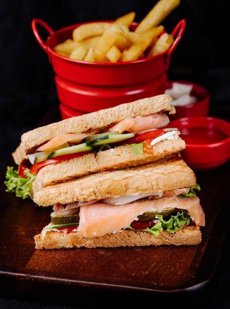 Club sandwiches mit gemüse und schinken, mit pommes frites. Kostenlose Fotos