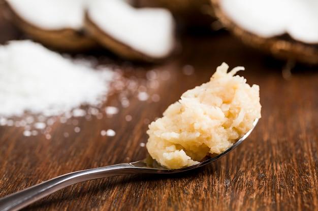 Cocada (kokosnuss süß) eine typisch brasilianische süßigkeit auf einem löffel. Kostenlose Fotos