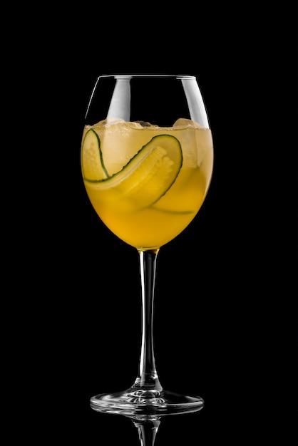 Cocktail auf schwarzem hintergrundmenüplan-restaurantbarwodkawisky-stärkungsmittel orange cucumbe Premium Fotos