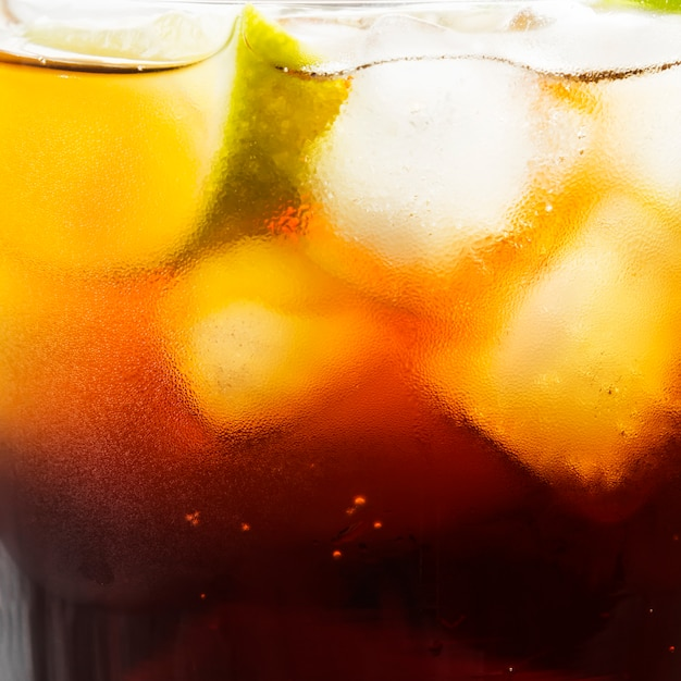 Cocktail cuba libre in einem glas Premium Fotos