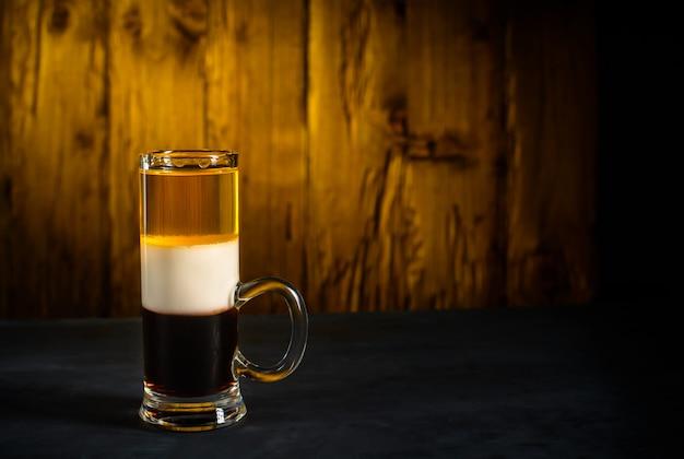 Cocktail des alkohols b52 geschossen auf holz. Premium Fotos