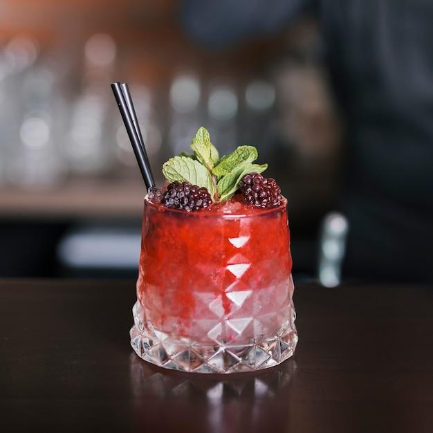 Cocktail mit brombeeren und minze dekoriert Kostenlose Fotos